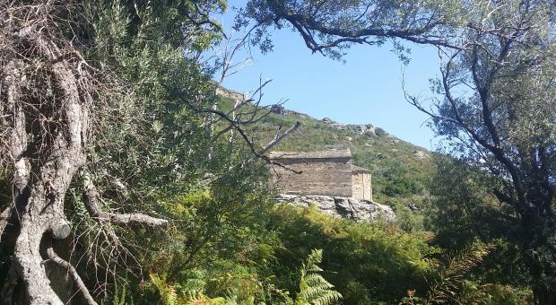 Corsica. La cappella romanica di San Michele nell'entroterra di Sisco